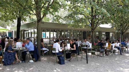 A La Table Du Luxembourg Il Fait Bon Y Etre Ce Que Pensent
